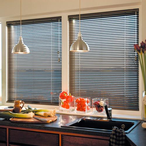 Горизонтальные жалюзи на окна в квартире