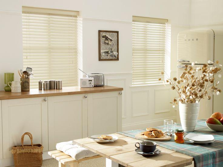Белые горизонтальные жалюзи в кухню