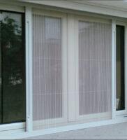 москитная сетка плиссе на окне с открытием в стороны